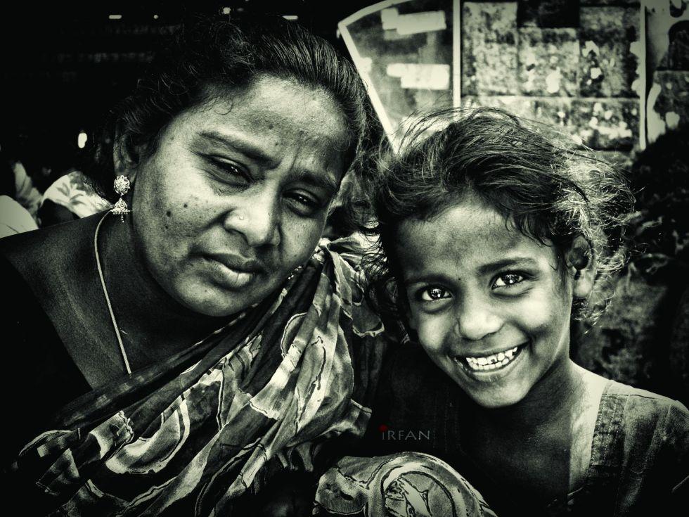 mother, daughter, street photography, black and white, portraits, irfan hussain, thereddotman, irfan, hussain