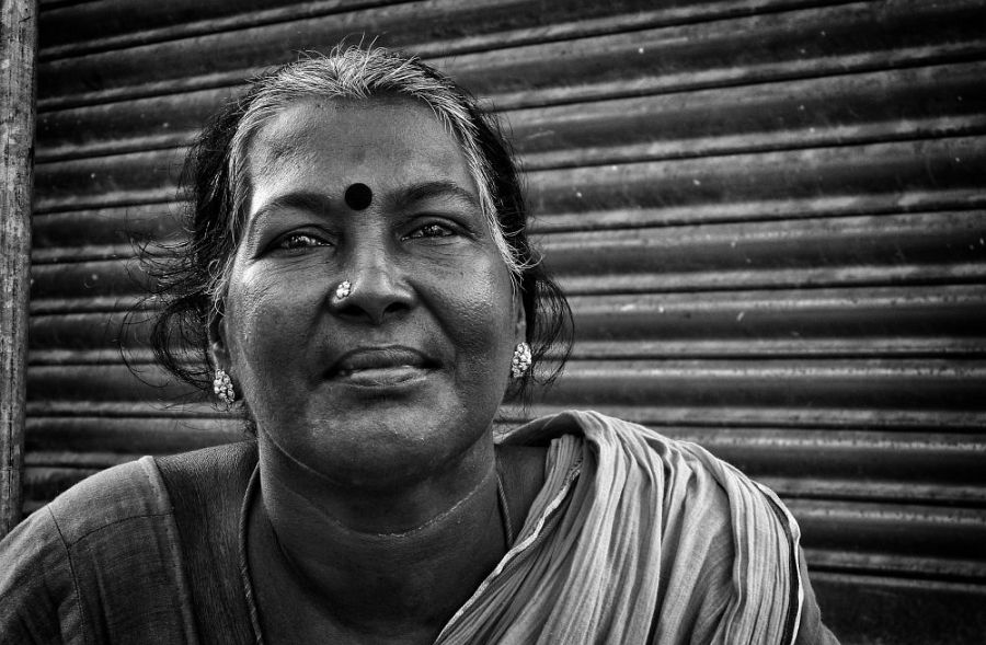 lady at mahabali puram beach2 irfan hussain thereddotman wordpress